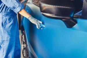 mécanicien automobile ouvrant la porte latérale entretien vérifier la réclamation du client photo