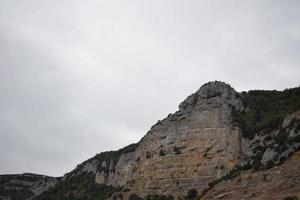 montagne de rochers près du monastère de leyre photo