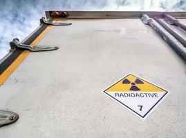 panneau d'avertissement de rayonnement sur l'étiquette de transport à la porte du conteneur photo