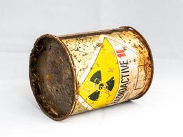 panneau d'avertissement de rayonnement sur le conteneur rouillé de matières radioactives photo