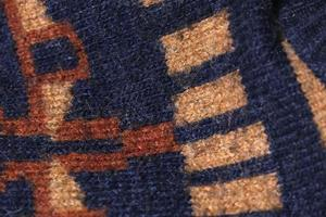 travailler à la machine des formes géométriques sur un pull en laine photo