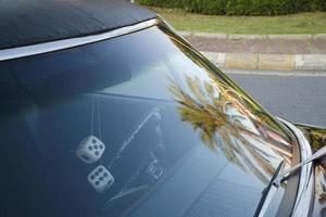 Détail de la fenêtre avant d'une voiture américaine classique violette photo