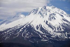 pic enneigé de la montagne hasan en turquie photo