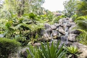 belle cascade tropicale dans les jardins du lac de malaisie. photo