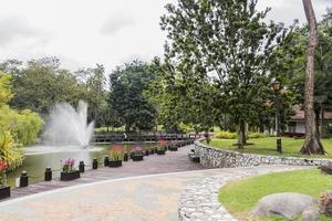 belle fontaine dans le parc du jardin botanique perdana. photo
