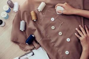 vue de dessus du beau tissu de robe de couture de couturière photo