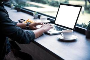 vue latérale d'un homme d'affaires utilisant l'ordinateur portable photo