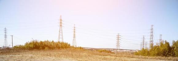 ligne électrique dans la nature avec la lumière du soleil, écran large photo
