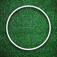 Bord de cadre blanc circulaire sur l'herbe verte avec fond d'ombre photo
