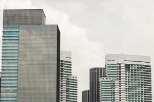 d'énormes gratte-ciel et de hautes maisons se construisant à kuala lumpur, en malaisie. photo