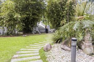 Sentier pédestre à bambou playhouse dans les jardins botaniques de perdana, malaisie photo