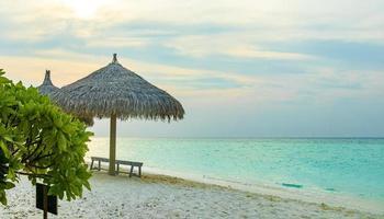 coucher de soleil coloré sur les îles sandbank madivaru et finolhu dans l'atoll de rasdhoo, maldives photo