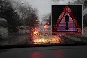 panneaux d'avertissement et de guidage colorés fabriqués avec des lumières LED. photo