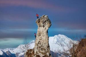 encordé par deux grimpeurs mâles et femelles sur le mur photo