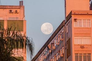 Pleine lune sur un bâtiment sur la plage de Botafogo à Rio de Janeiro, Brésil photo