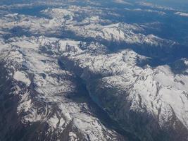 vue aérienne des alpes entre l'italie et la suisse photo