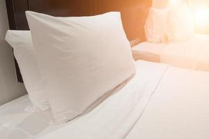 oreiller blanc dans la chambre photo