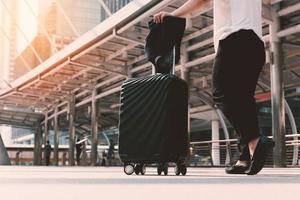 femme asiatique marchant jusqu'au terminal de l'aéroport avec des bagages photo