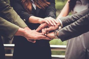 les mains des hommes d'affaires se réunissent en entreprise en réunion et en travail d'équipe photo