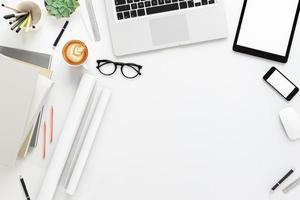 table de bureau avec ordinateur de bureau photo