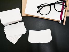 paquet de carte de visite d'identité d'entreprise vierge sur la table des travailleurs photo