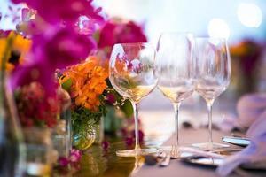 décoration de table pour un mariage ou un dîner, avec des fleurs photo