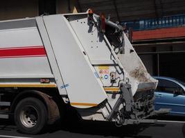 face arrière d'un camion à ordures pour les déchets généraux photo