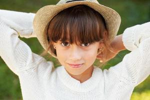 belle fille aux yeux bruns dans un chapeau élégant photo
