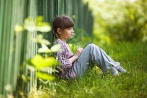 heureuse petite fille assise photo