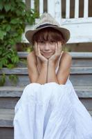 belle fille au chapeau photo