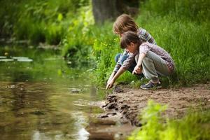 garçon avec une fille près de l'eau photo