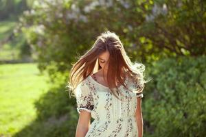 fille dans une robe d'été aux cheveux longs photo