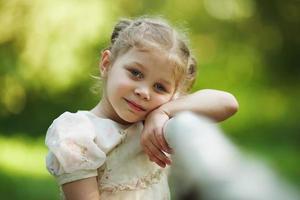 petite fille triste pense à quelque chose photo