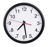 l'horloge murale ronde montre une heure et demie photo