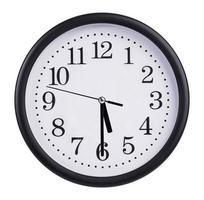 L'horloge ronde du bureau montre cinq heures et demie photo