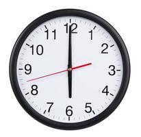six heures sur l'horloge à cadran photo
