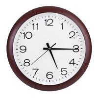 quinze minutes à six heures sur une grande horloge photo