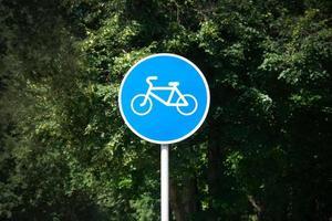 vélo sur un panneau rond bleu photo