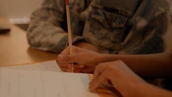 femme aidant fille à faire ses devoirs à table photo