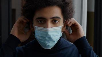 gros plan sur un jeune homme du Moyen-Orient ajustant le masque facial photo