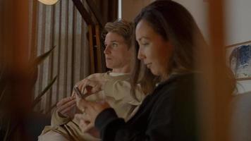 deux femmes, regarder la télévision, et, smartphone, sur, sofa photo