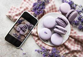 photo de macaron desserts français à la lavande prise sur un smartphone