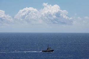 petit bateau naviguant sur l'océan photo