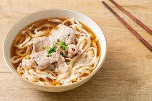 nouilles udon maison au porc dans une soupe de soja ou de shoyu photo