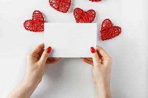 enveloppe avec une lettre en mains sur fond blanc photo