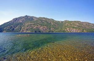 bas-fonds et lac dans un parc de montagne photo