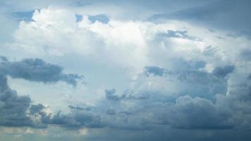ciel bleu avec plus de nuages. photo