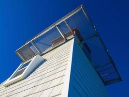 la terrasse sur le toit du côté du bel immeuble blanc photo