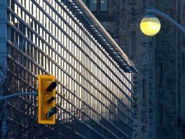 feux de circulation jaune dans la ville avec des bâtiments en arrière-plan photo