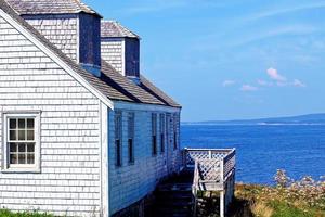 belle maison en bois blanc au bord du lac photo